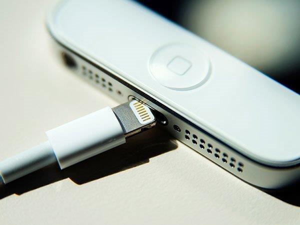 સાવધાન, સ્માર્ટફોન ચાર્જર બની શકે છે ઘાતક