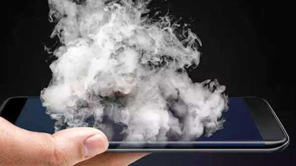 સ્માર્ટફોન કાર માં ફાટ્યો, બિઝનેસ મેન મુશ્કેલી થી બચ્યા