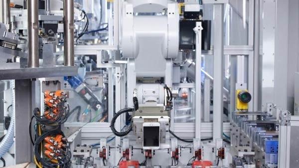 એપલ ના નવા રોબોટ ડૈઝી ને મળો કે જે એક કલ્લાક માં 200 આઈફોન ડિસએસેમ્બલ
